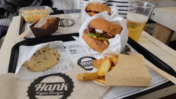 Hamburger, potatoes, cookies, sur le premier plateau. Salade coleslaw et carrot cake sur le deuxième ! Crédit photo : galexlafee.com